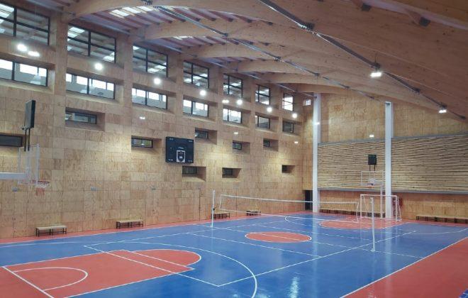 Gimnasios que deslumbran construidos con amplias vigas paredes y cubierta panel sandwich madera